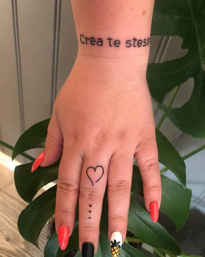 Tatouages de petits doigts de coeur artiste_puska_oeen