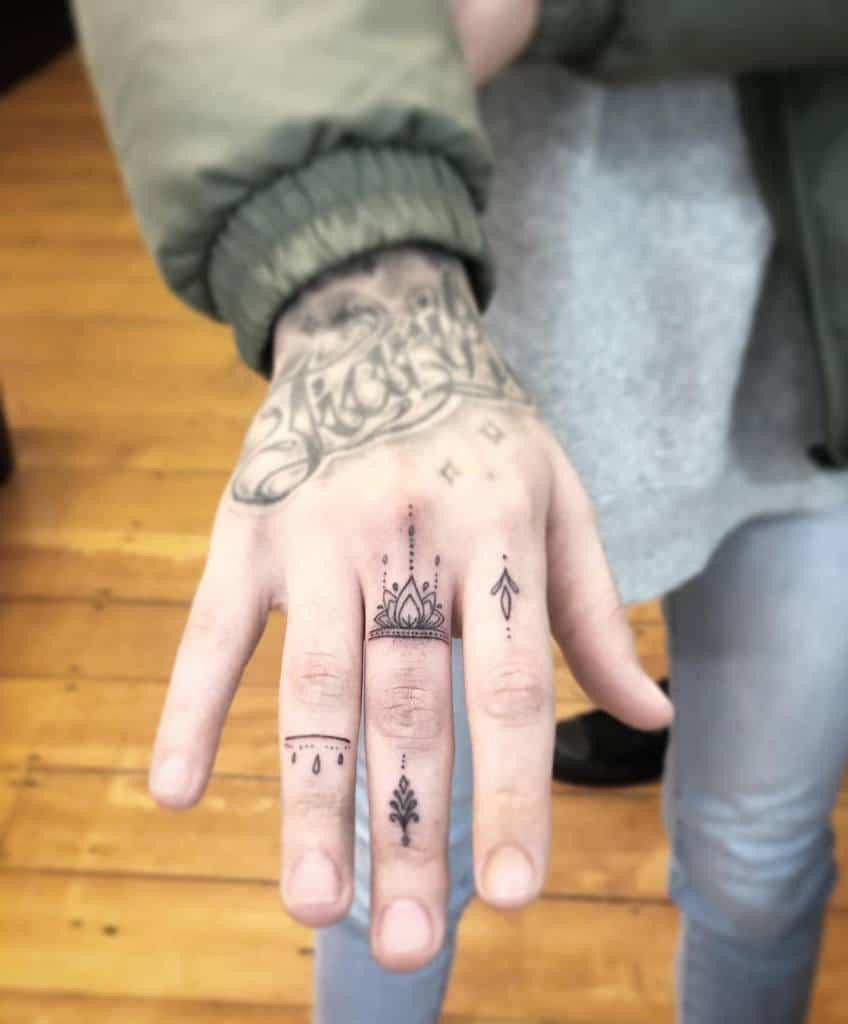 Tatouages de doigts sur les petits ornements du mandala janetattoo_nz