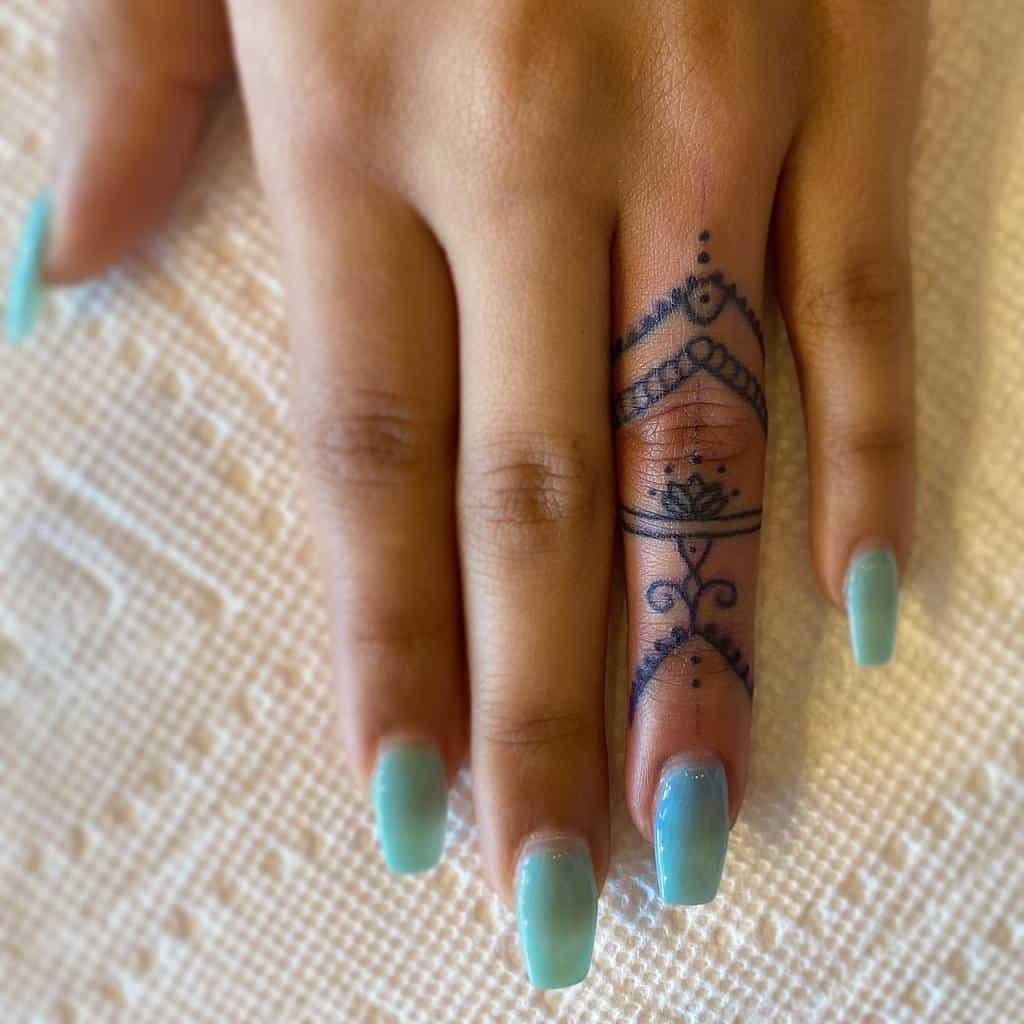 Tatouages des doigts de la petite ornementation du mandala astro.racho.tattoos
