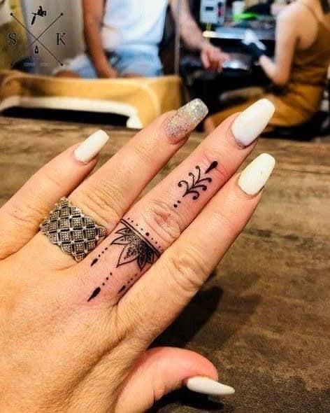 Tatouages de doigts de petits mandalas lilyhew_tattoo