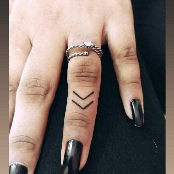 Tatouages simples de petits doigts resh_tattooist