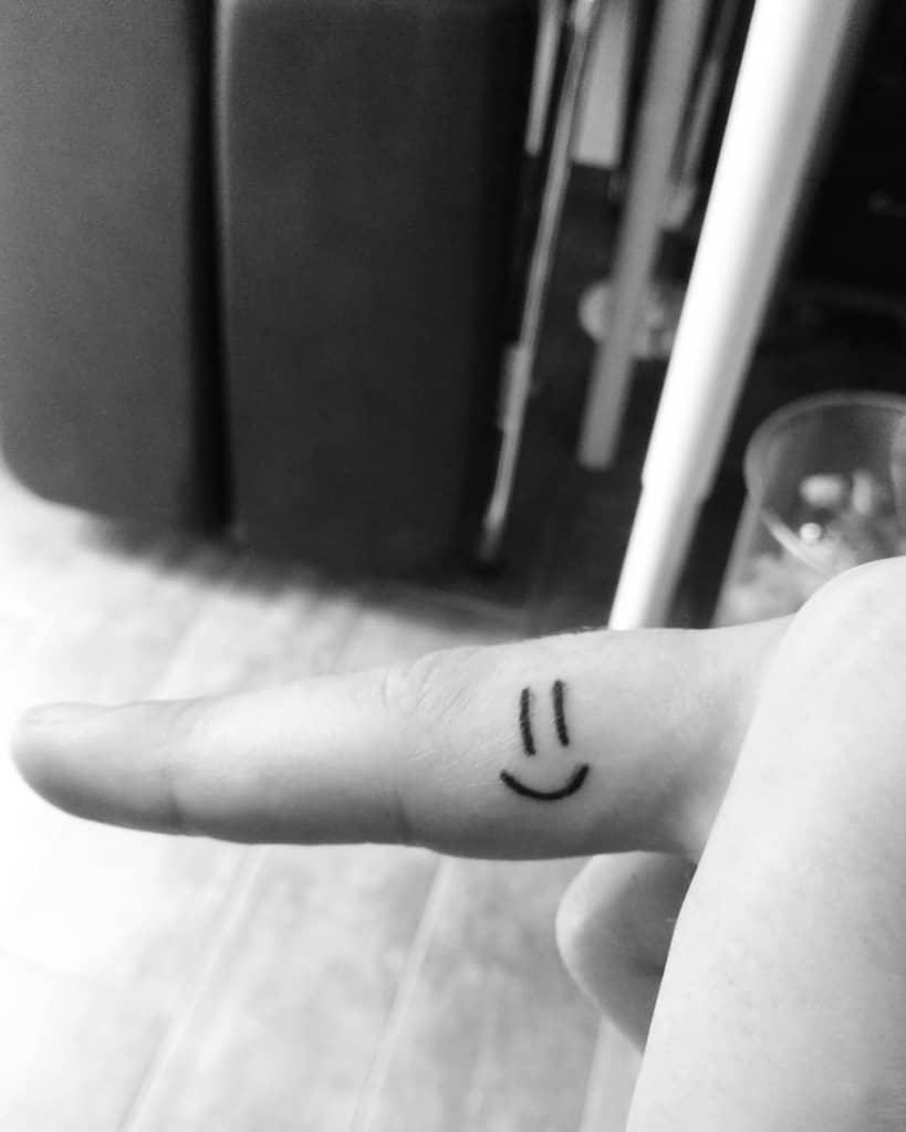 Tatouages simples de petits doigts smiley_tatoos
