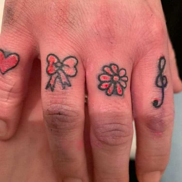 Tatouages de petits doigts symboliques pinkchameleontattoos