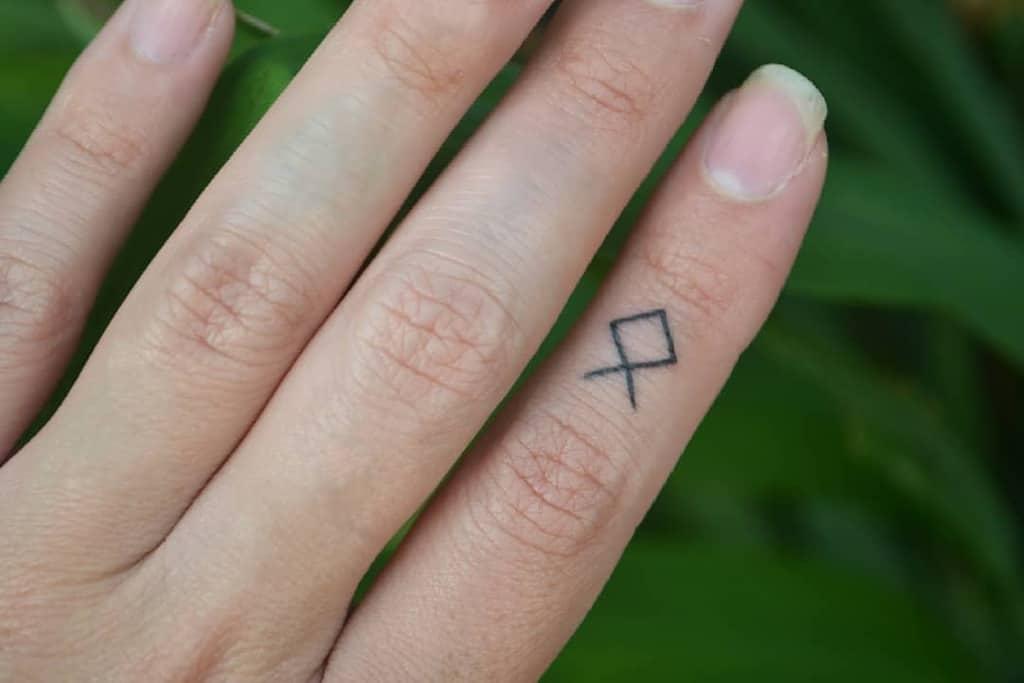 Tatouages simples des petits doigts yugen.tattoo
