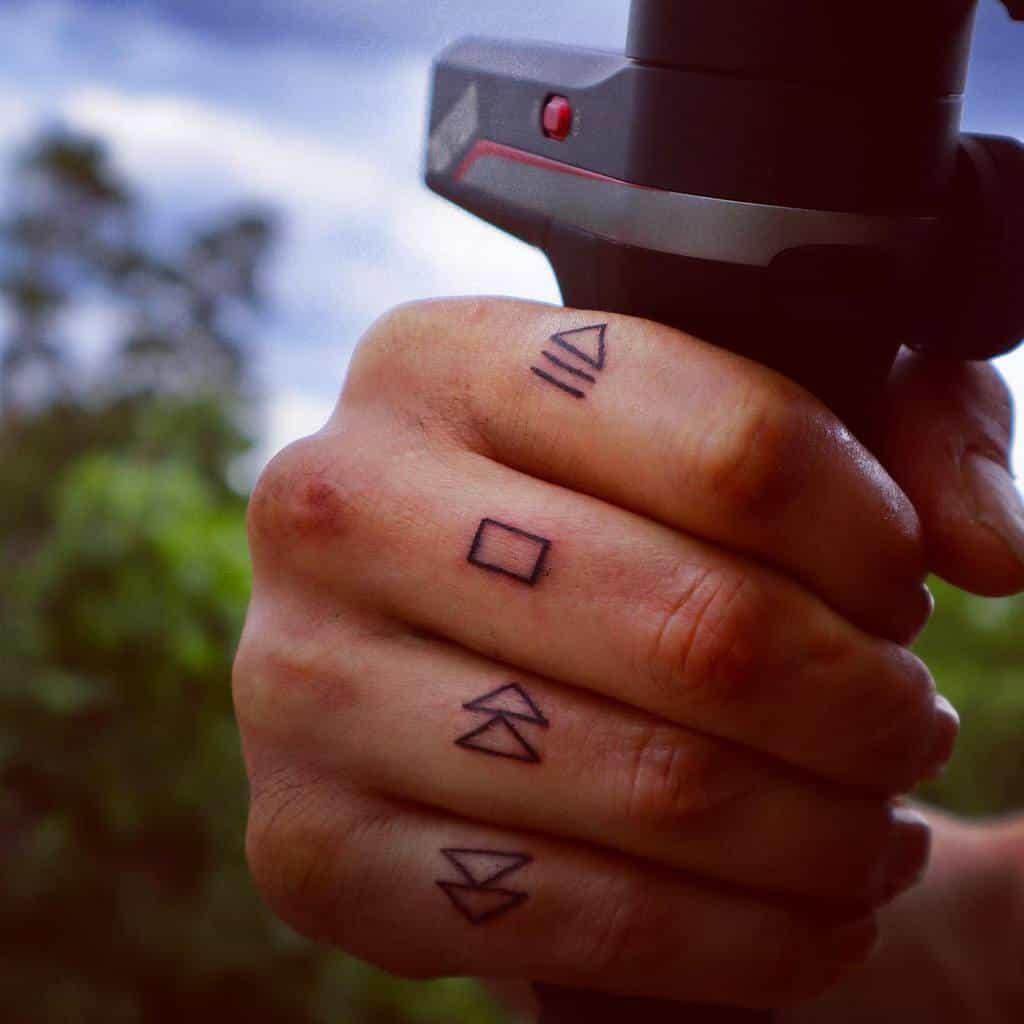 Tatouages aux doigts des petits hommes tenzakamerou