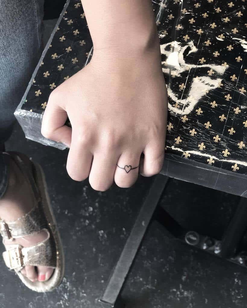 Tatouages de petits doigts de coeur laura.tinta