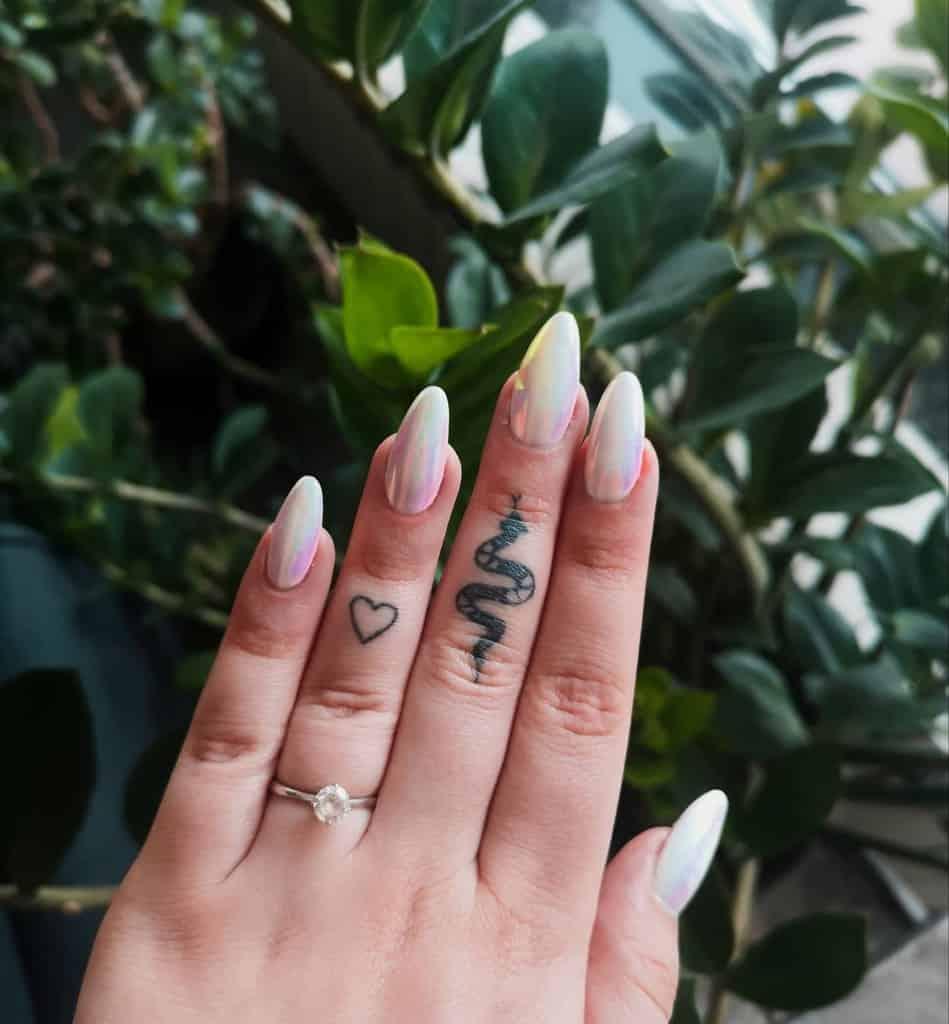 Tatouages au doigt des petites femmes silvervalkyrie_.