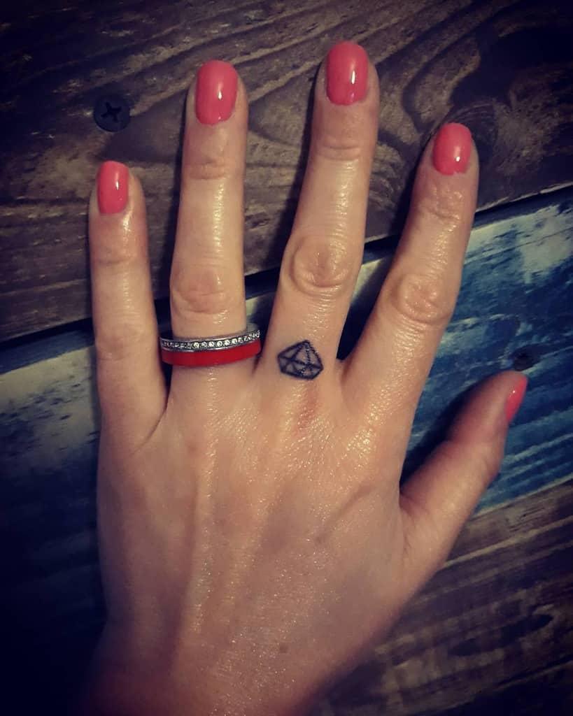 Tatouages de petites femmes au doigt jovimar