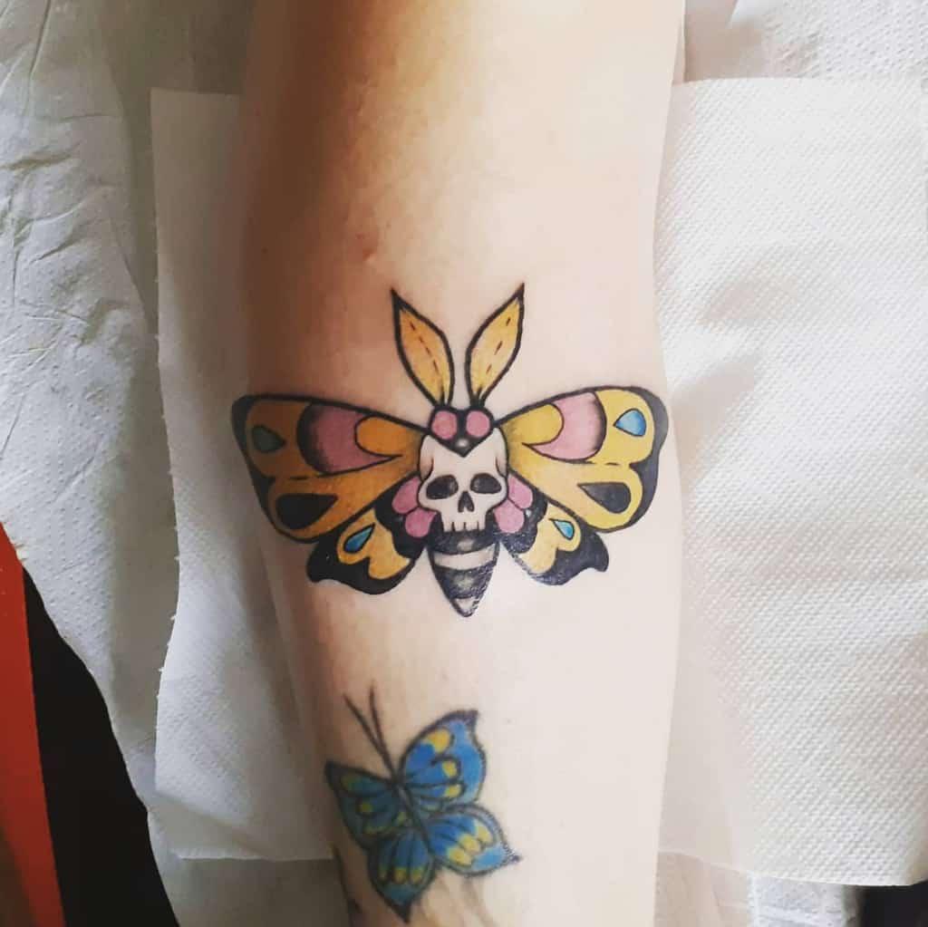 Tatouages de petits papillons colorés Studiotgtattooepiercing