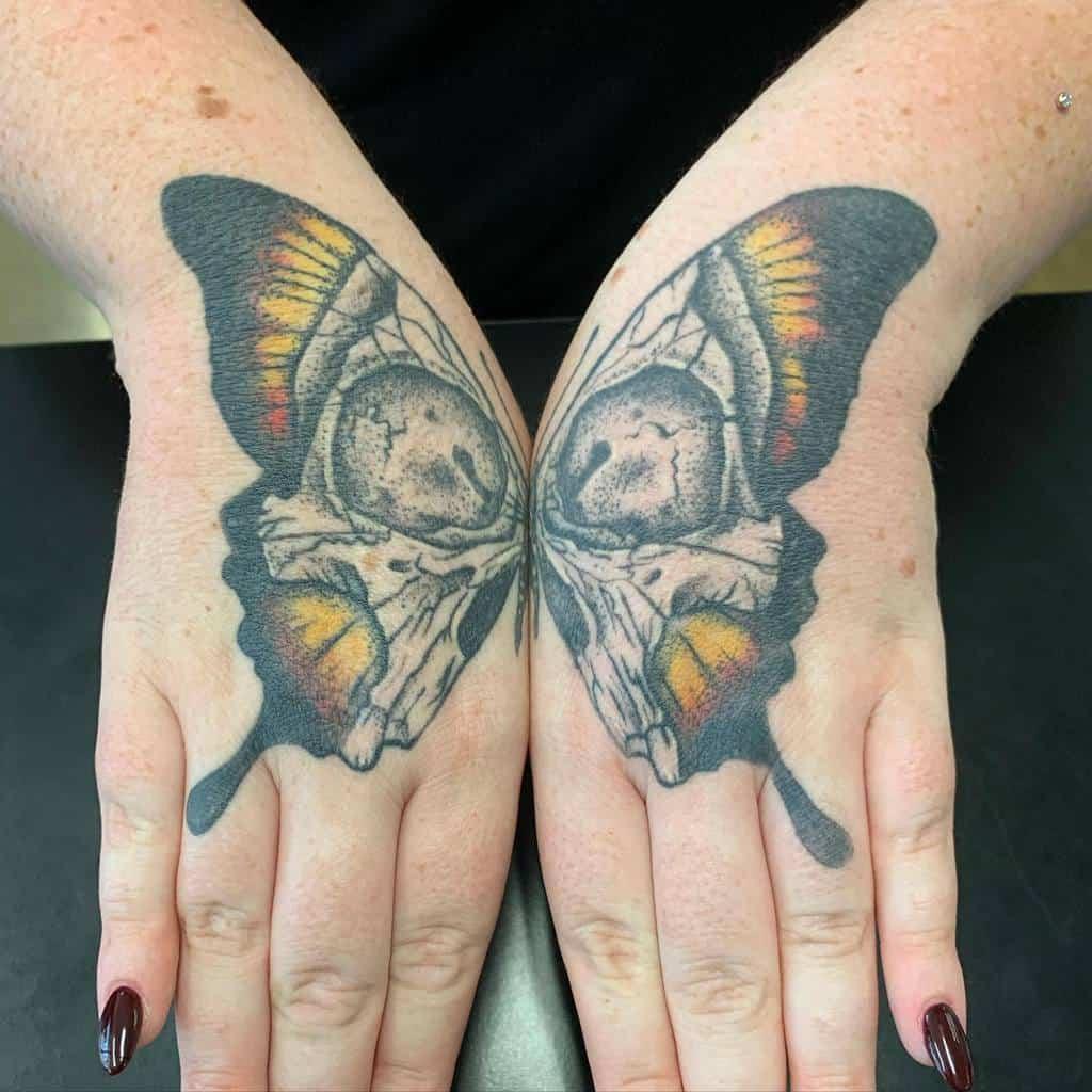 Tatouages de petits papillons aux doigts Inkslingervinnie