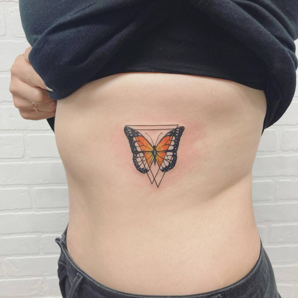 Tatouages de côtes de petits papillons Jessirichtattoos