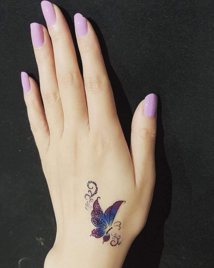 Tatouages de petits papillons sur les doigts de la main