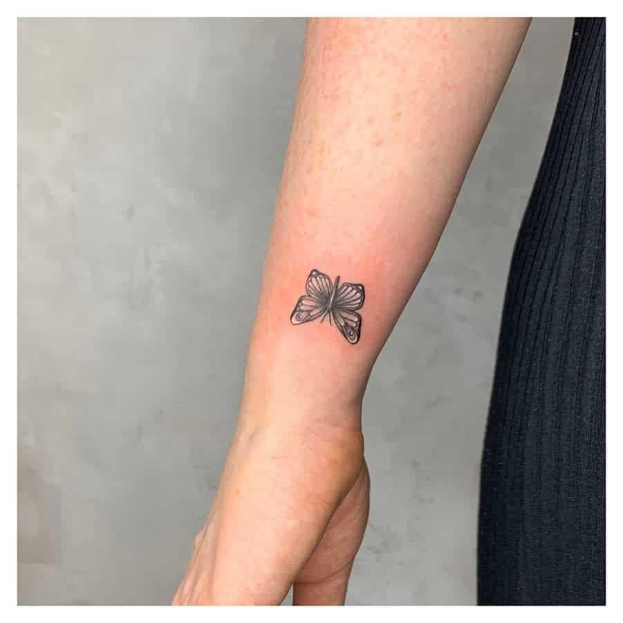 Tatouages de poignets de petits papillons Hayl.tattoo