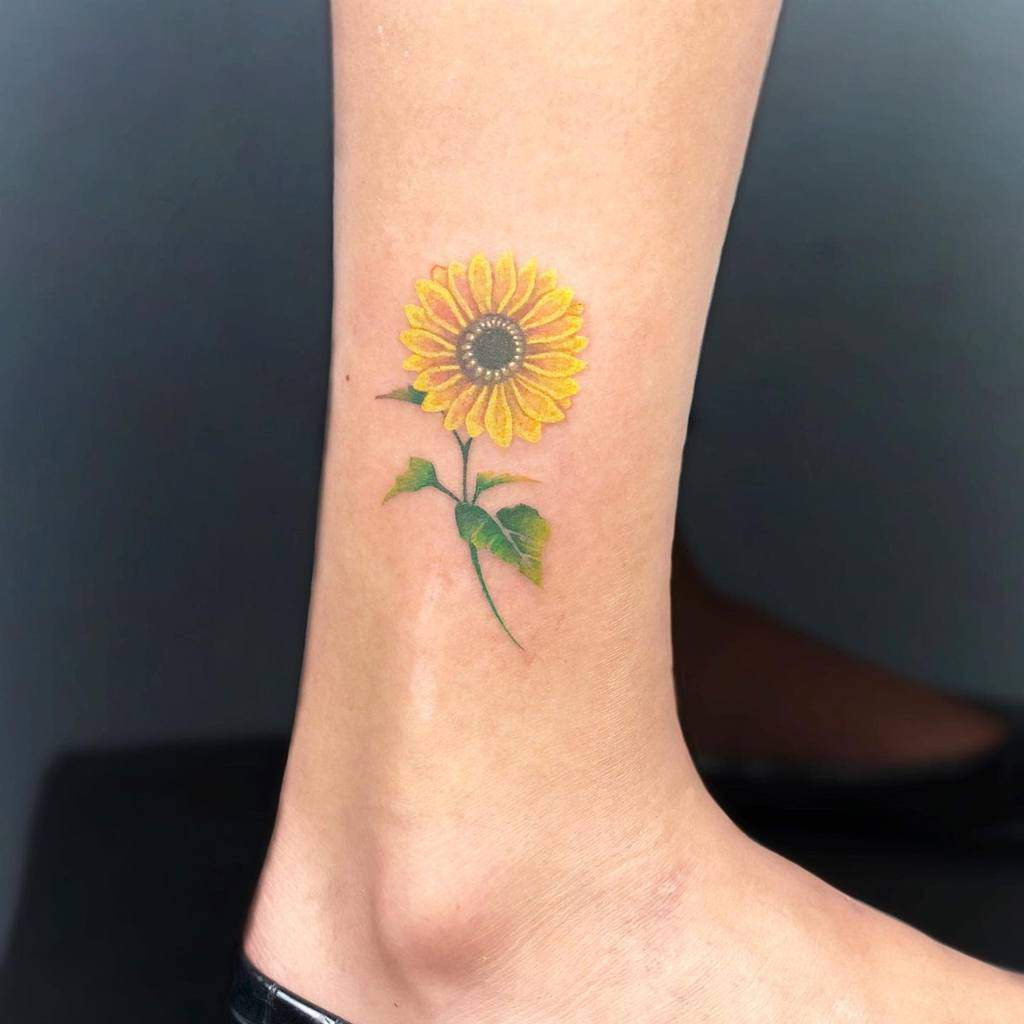 Petit tatouage de tournesol à la cheville Diego Buddhattoo