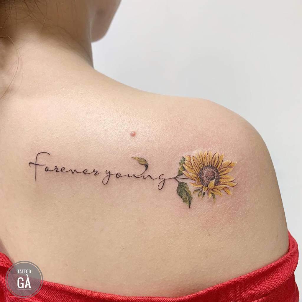 Tatouage de l'épaule d'un petit tournesol Vyluu.tattooga