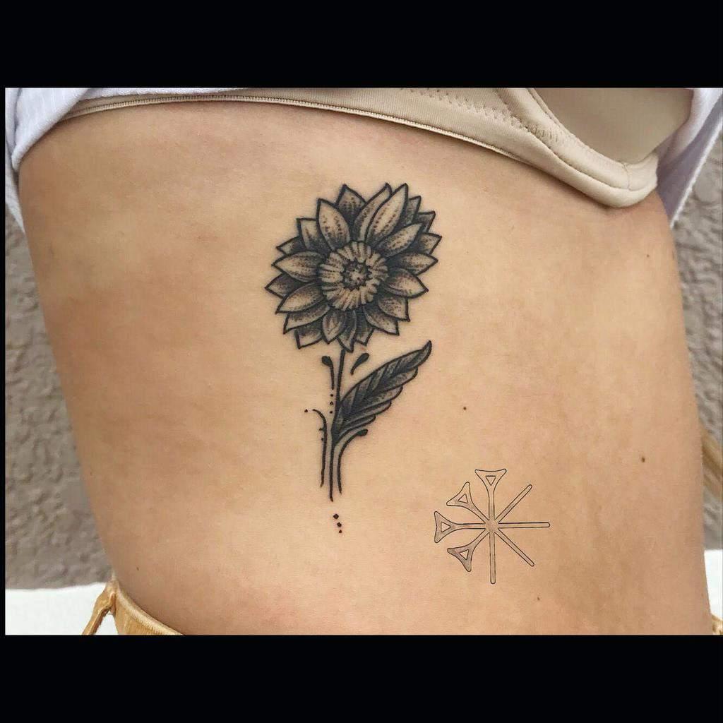 Petit tatouage de côtes de tournesol Rafaelcarlostattoos