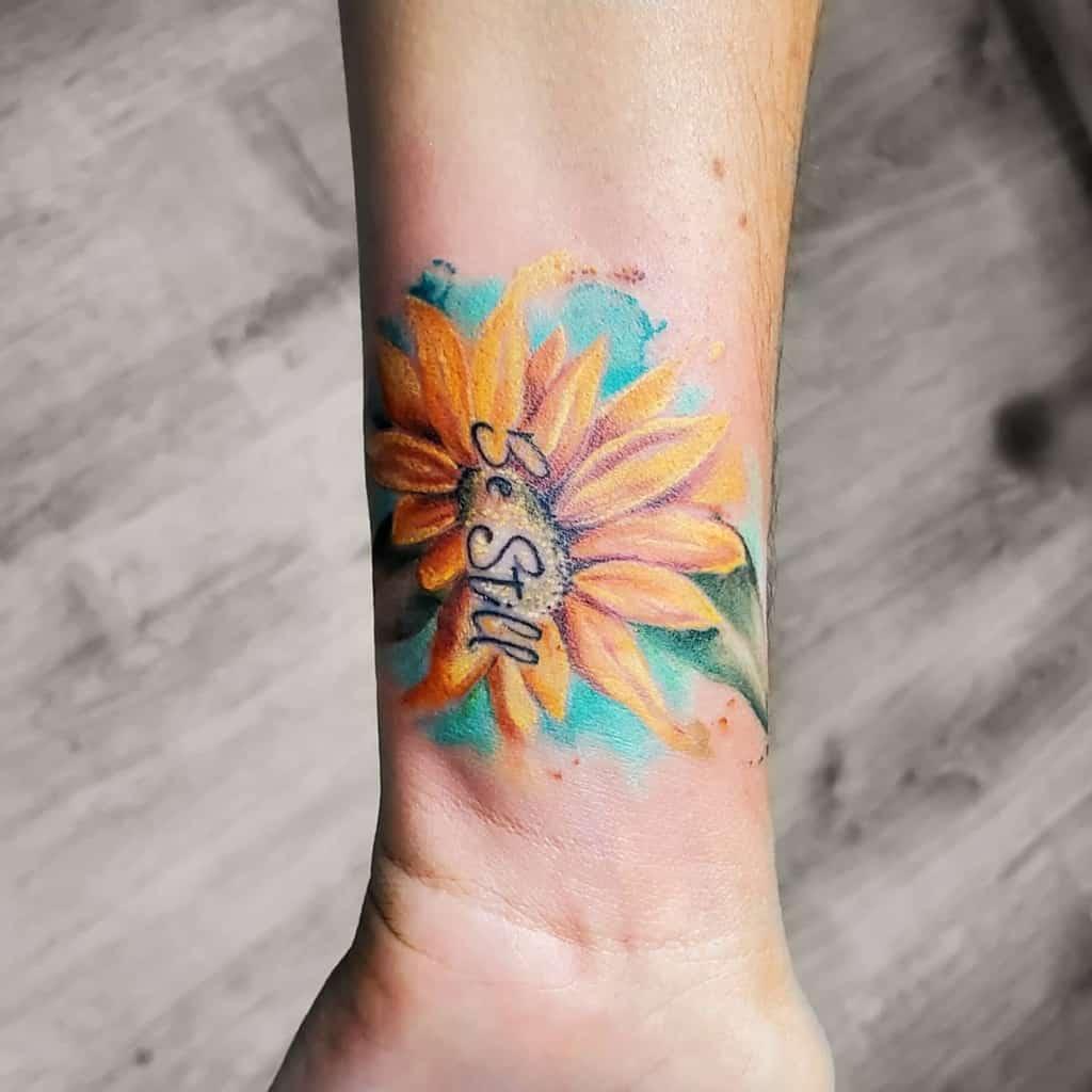 Tatouage de poignet au petit tournesol Aprillauren.ink