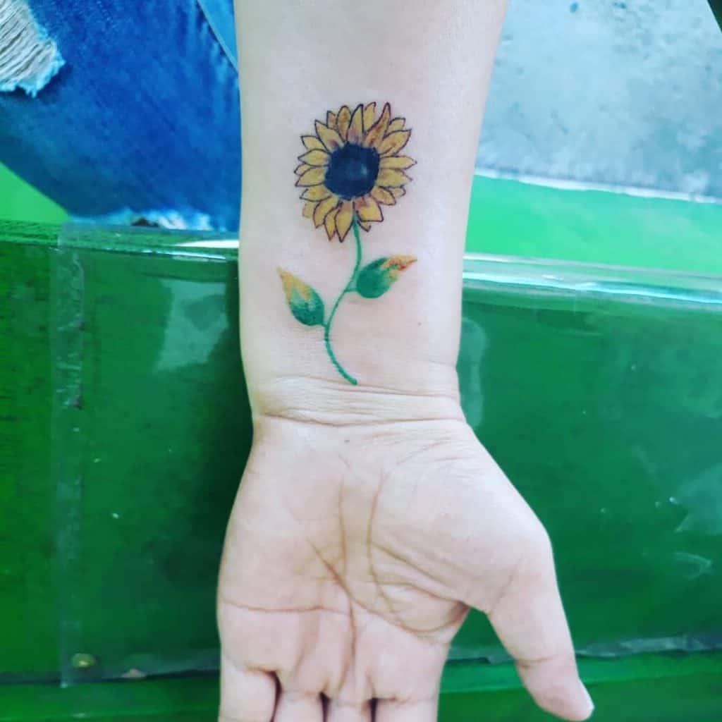 Tatouage au poignet d'un petit tournesol Honeypie Lala