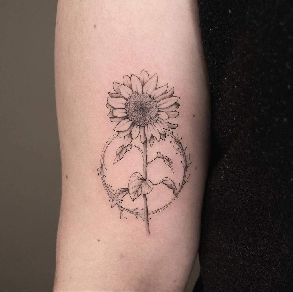 Tatouage petit tournesol Tatouage bras supérieur Rose A Line.tattoo