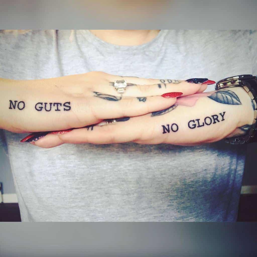Tatouages de doigts de petites mains significatives Maddie M0rgan
