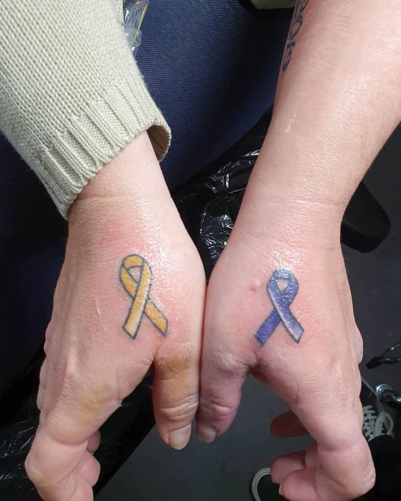 Petits tatouages significatifs au doigt à l'encre douce pour l'épiderme