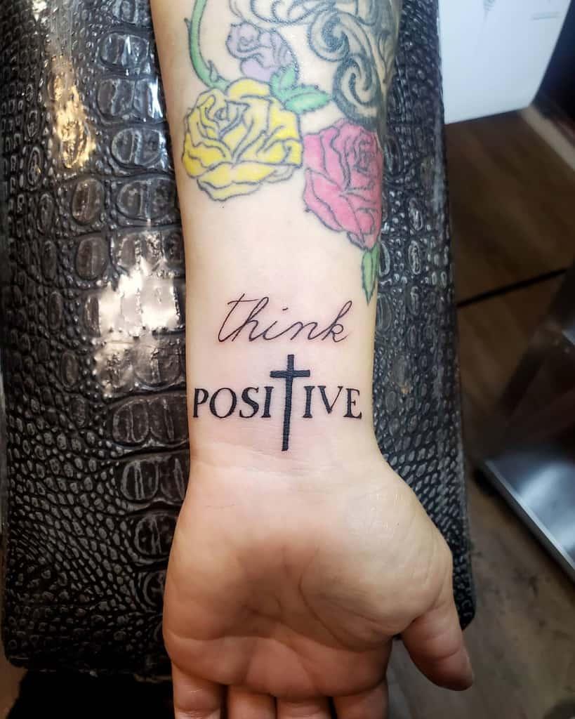 Tatouages de poignets significatifs Petite poupée alternative Scarlett