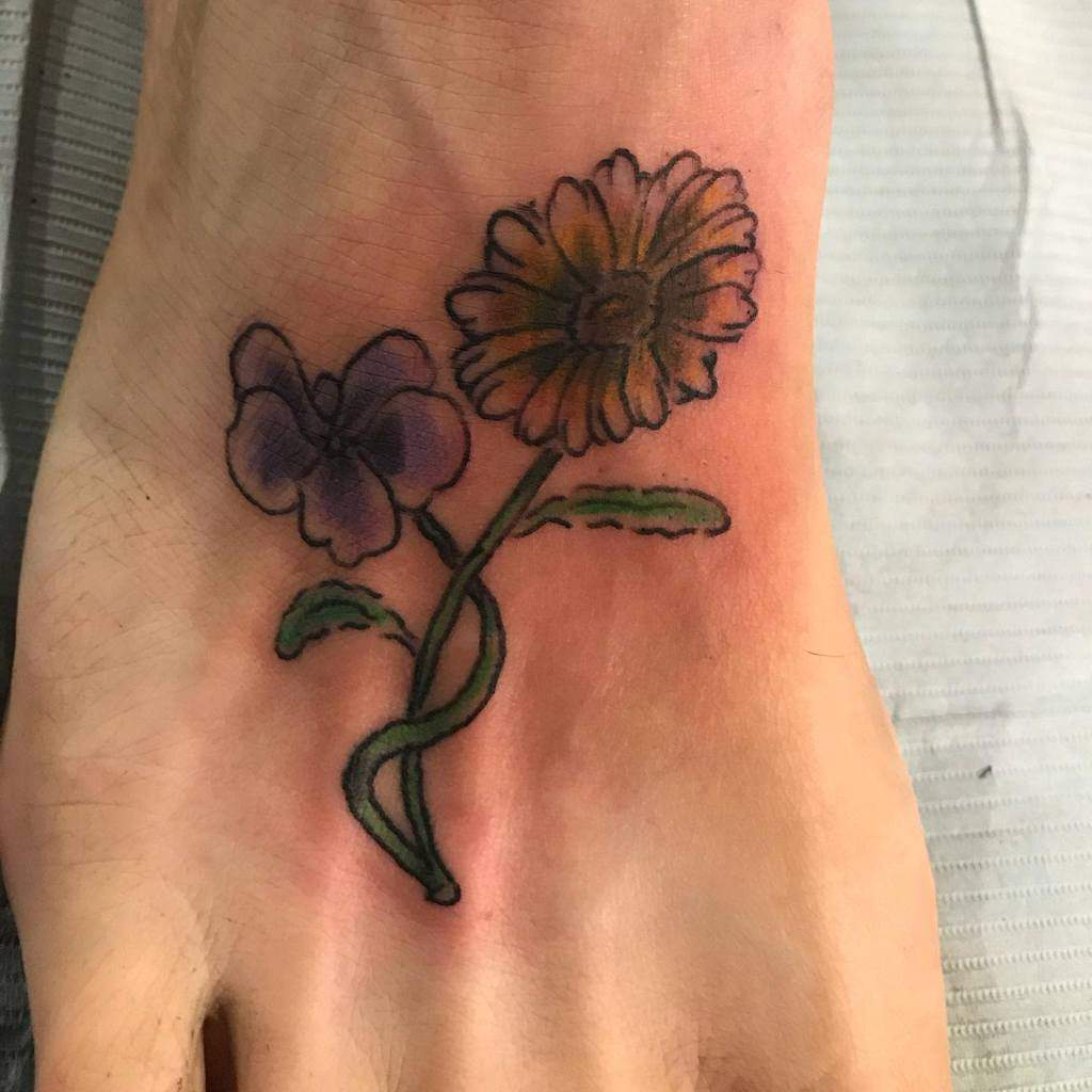 Tatouages de cheville à petites fleurs Threerosestattoos