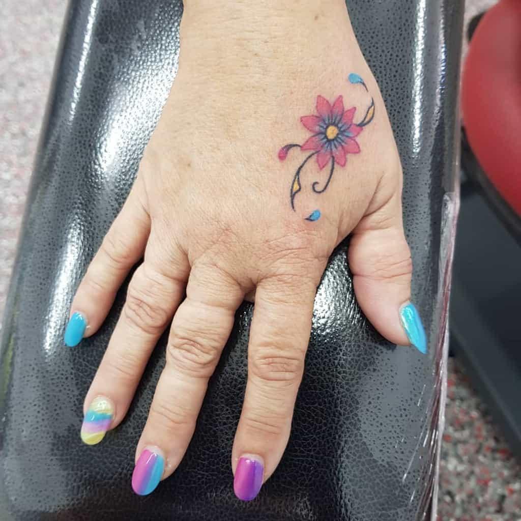 Tatouages aux doigts de petites fleurs Art Ashleighhutchins