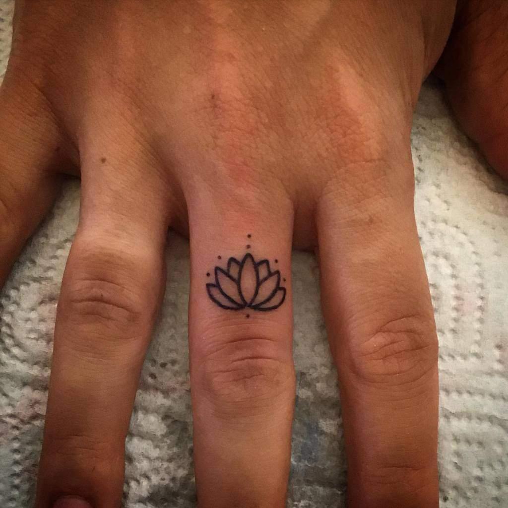 Tatouages de doigts de petites fleurs Gattanera74