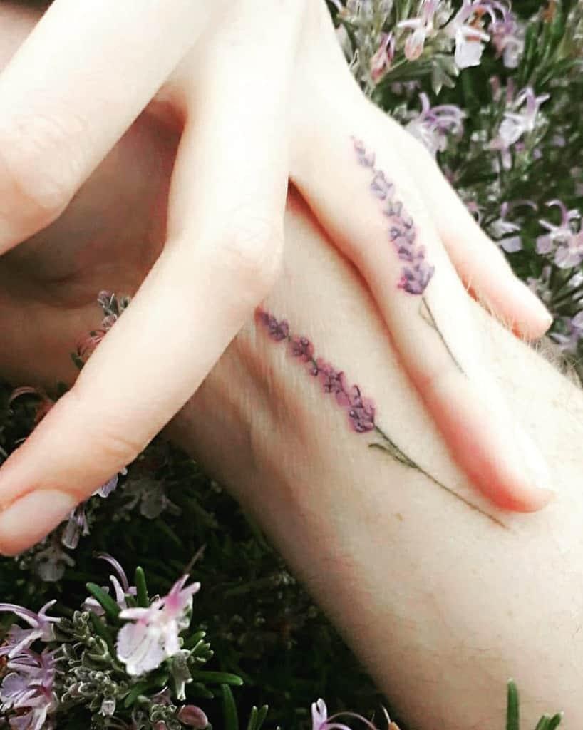 Tatouages aux doigts de petites fleurs 1 Rubans de bois encré