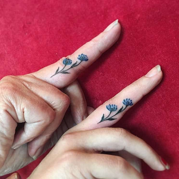 Tatouages de doigts de mains à petites fleurs Terran.tattooart Css