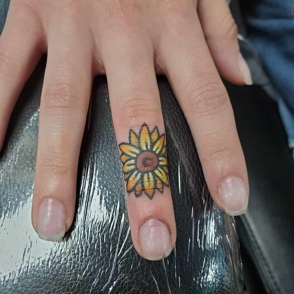 Tatouages de doigts de petites fleurs Jeni Moss