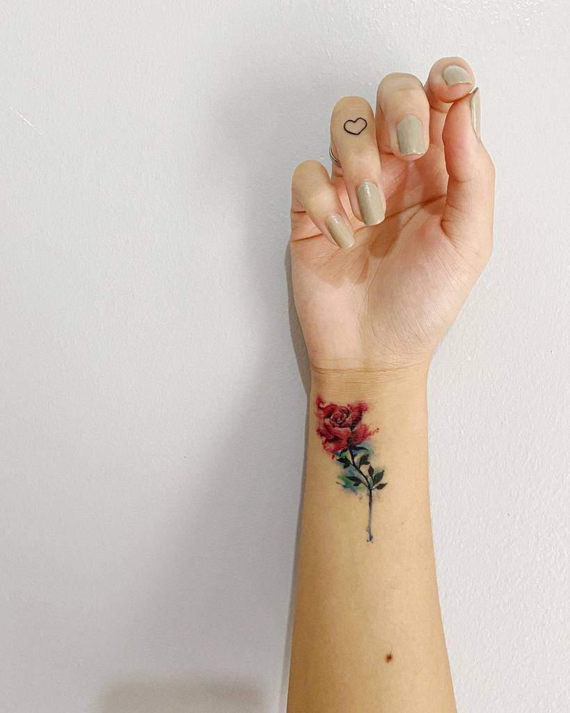 Tatouages de poignets à petites fleurs Kriziaolpindo