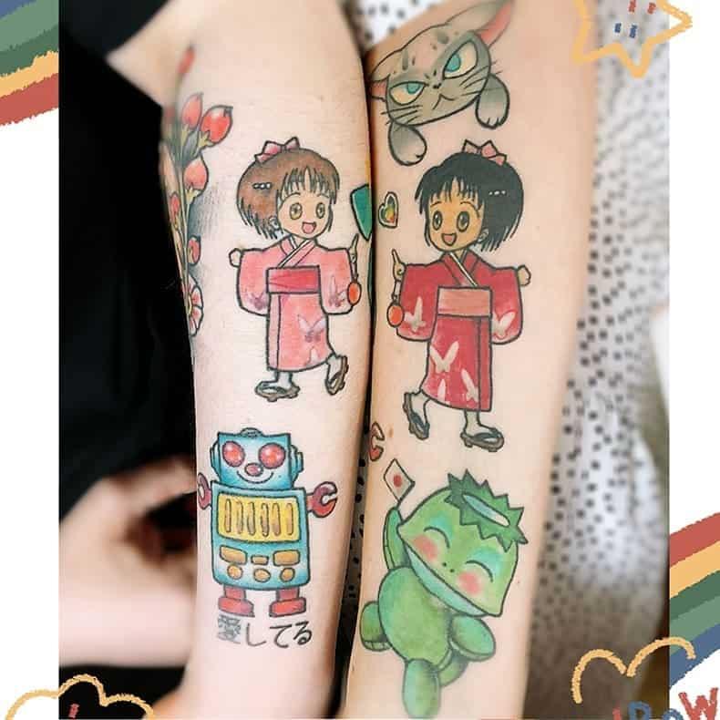 Mignons petits tatouages sur le haut du bras Nikaputnpink