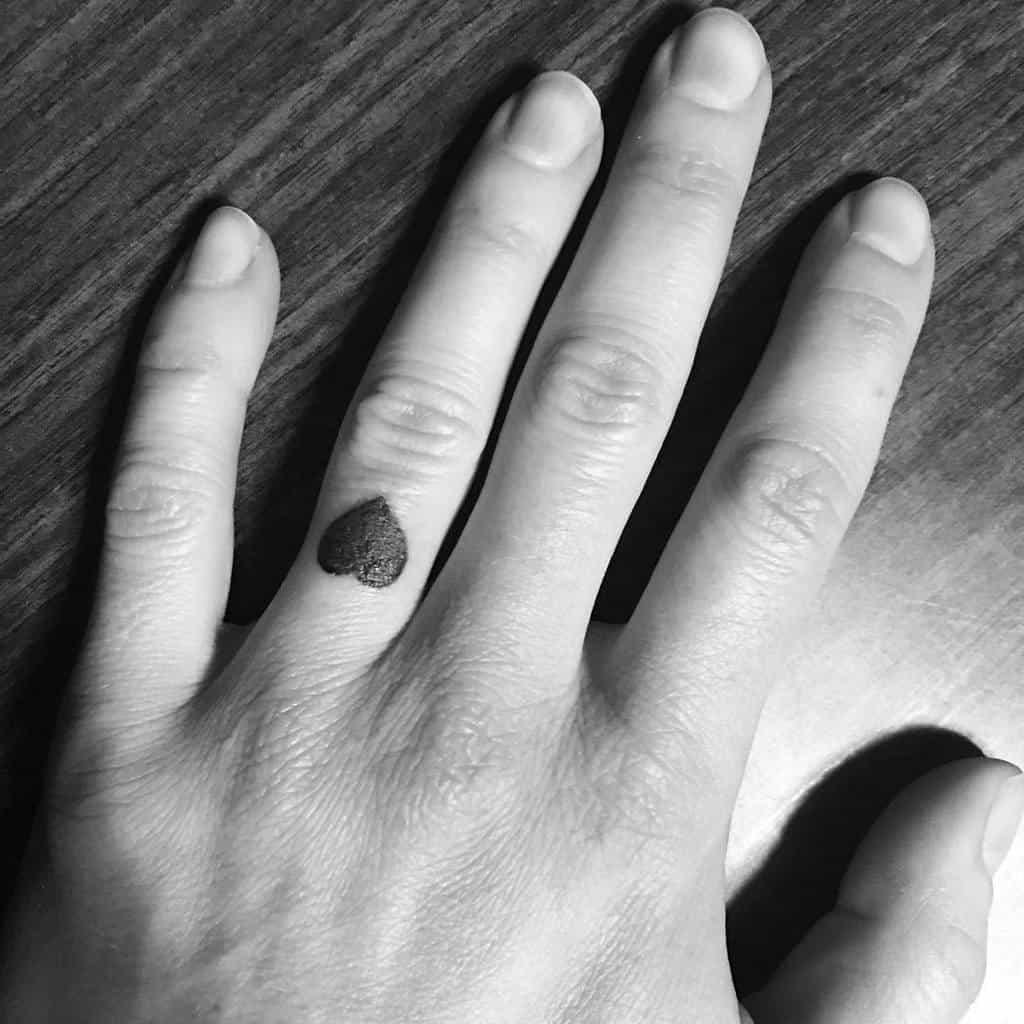 Petits tatouages de coeur noir Coeur enchevêtré