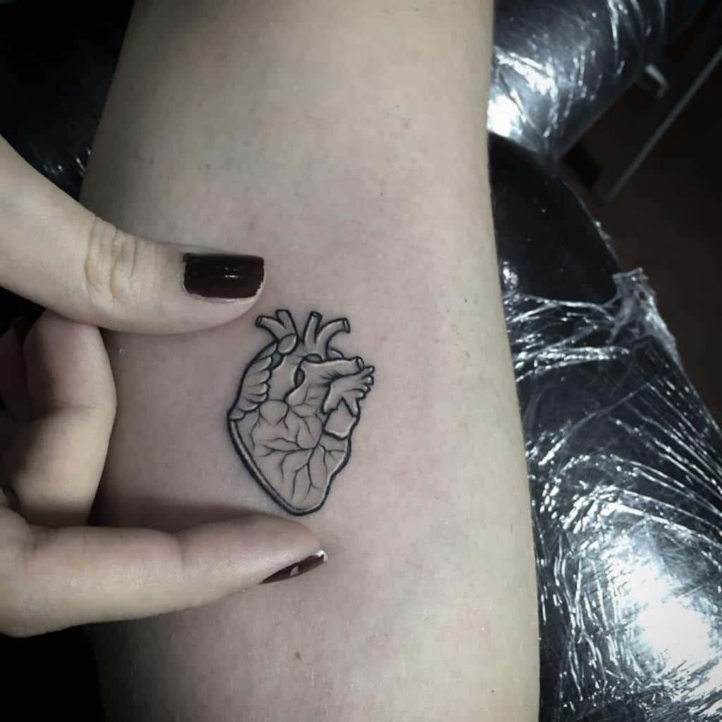 Petits tatouages de coeur noir Riotinktattooparlourvzla