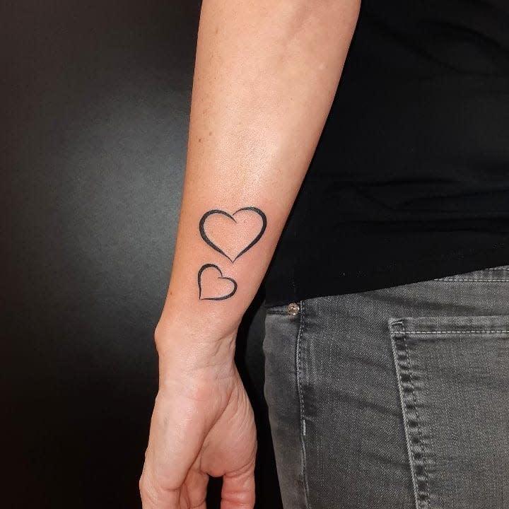 Tatouages de petits bras cardiaques Zele.tattoo.piercing