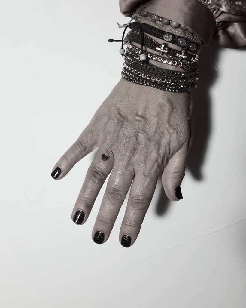 Tatouages du petit coeur noir Xbcklbltx