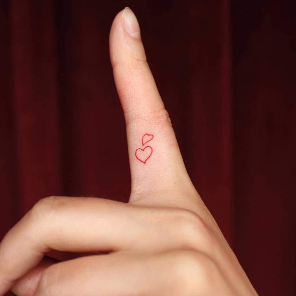 Petits tatouages coeur-main-doigts Suyscène