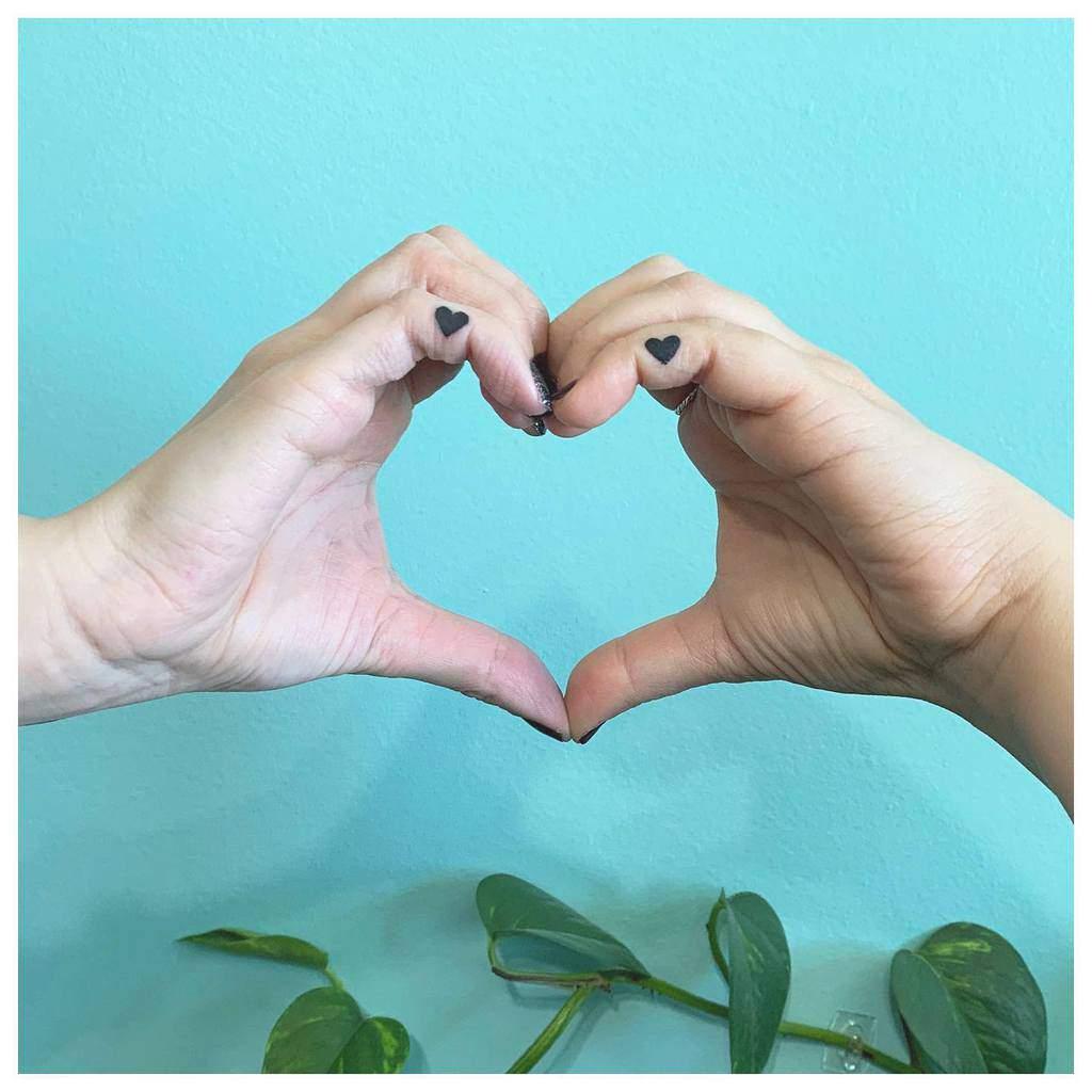 Tatouages des doigts de la main du petit coeur Julesnovakhair