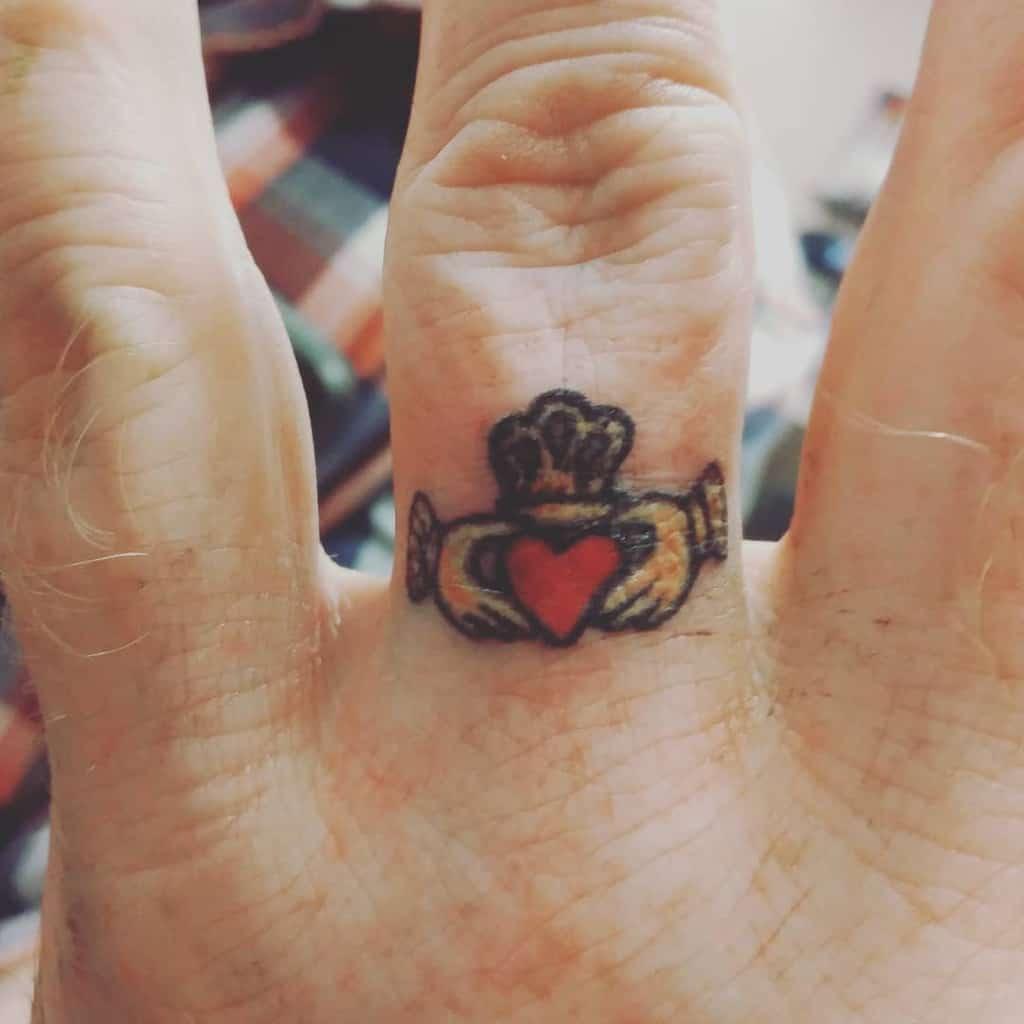 Tatouages des doigts de la main du petit coeur simplement sans sommeil