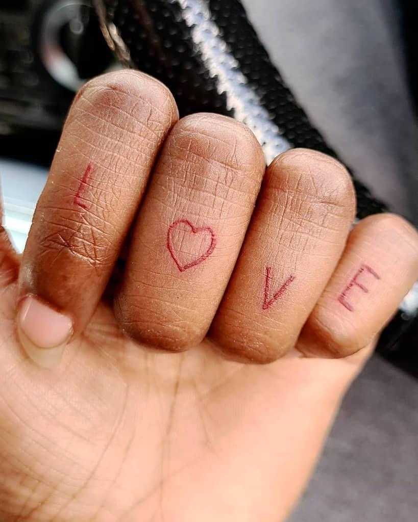 Tatouages de doigts de main au petit coeur Jjjacqz