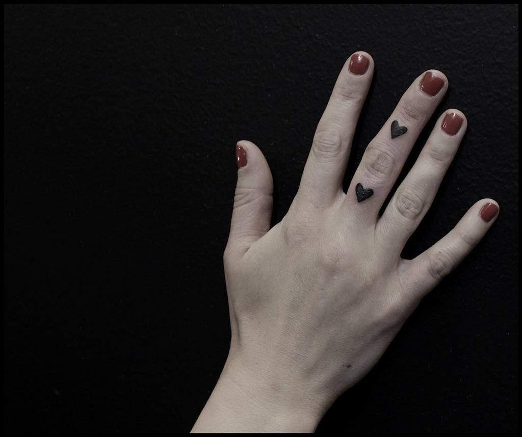 Petits tatouages de doigts de main de coeur Magdalenasky