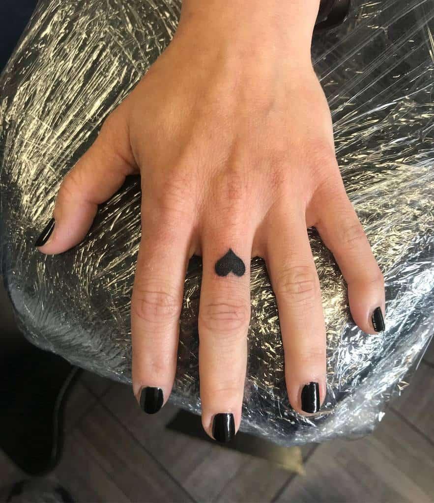 Tatouages des doigts de la main du petit coeur Tatouages de la main du petit coeur