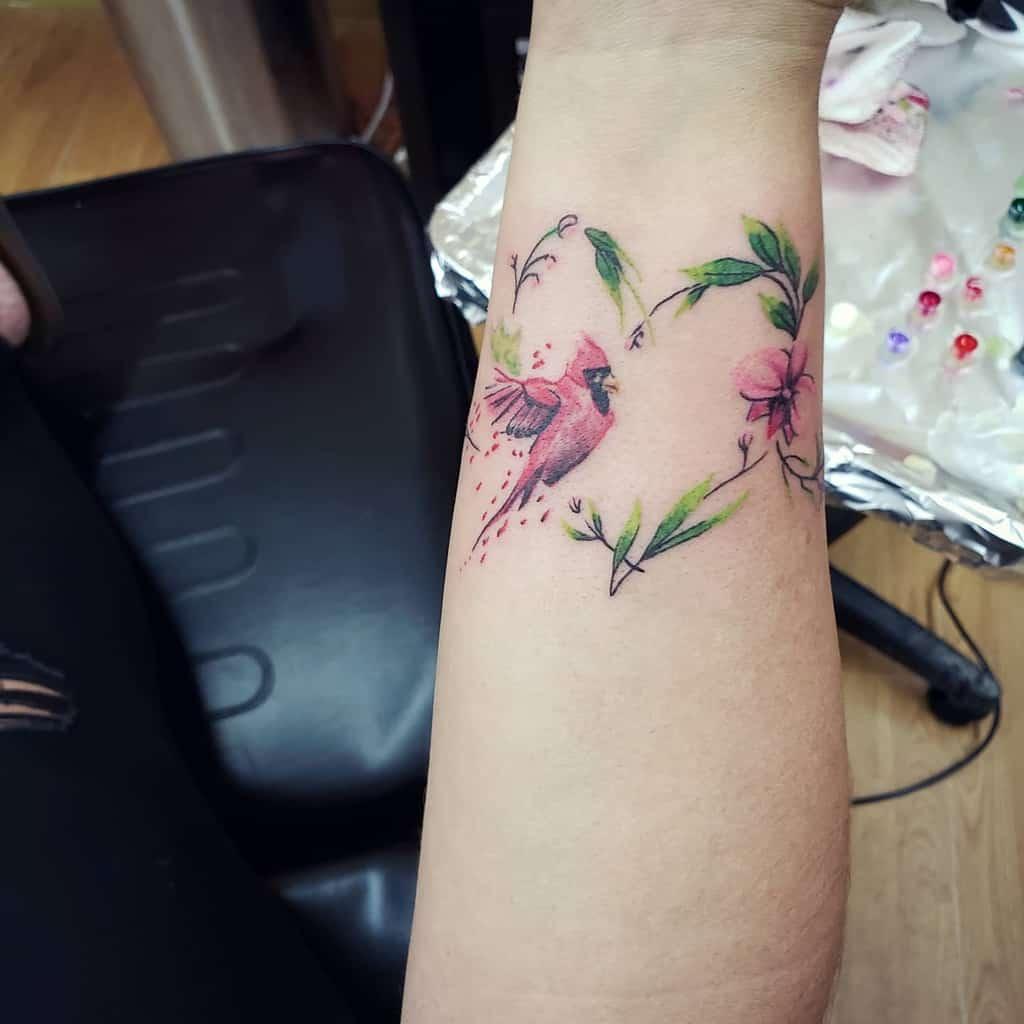 Tatouages de poignets de petits oiseaux perdus.hourstattoo