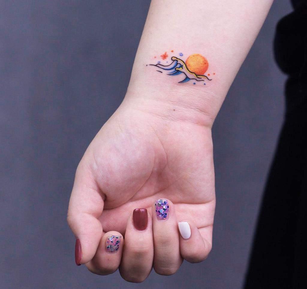 Tatouages de petits poignets pour les femmes suicidaires