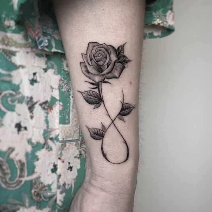 Tatouages de poignet à la petite rose@rocco Trailertattoo