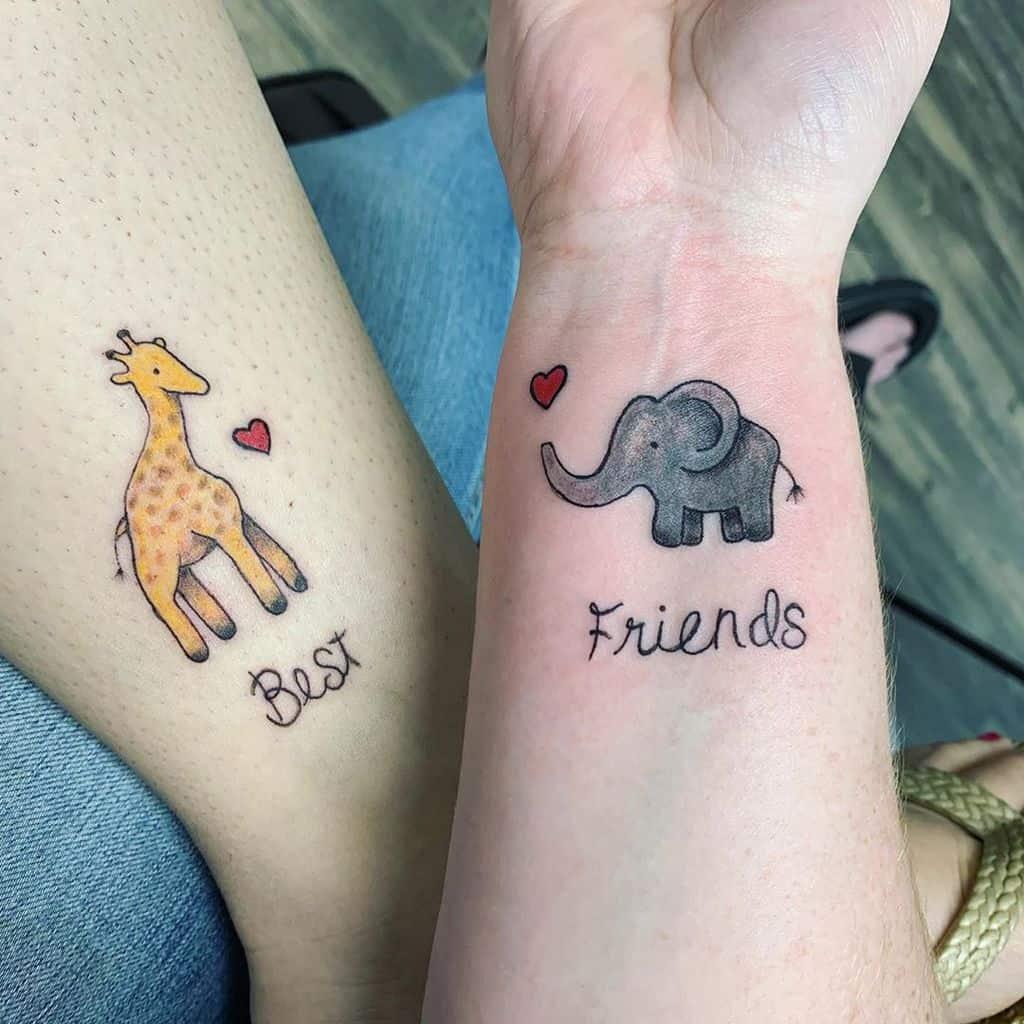 Tatouages mignons aux petits poignets Pétales et peinture au parloir