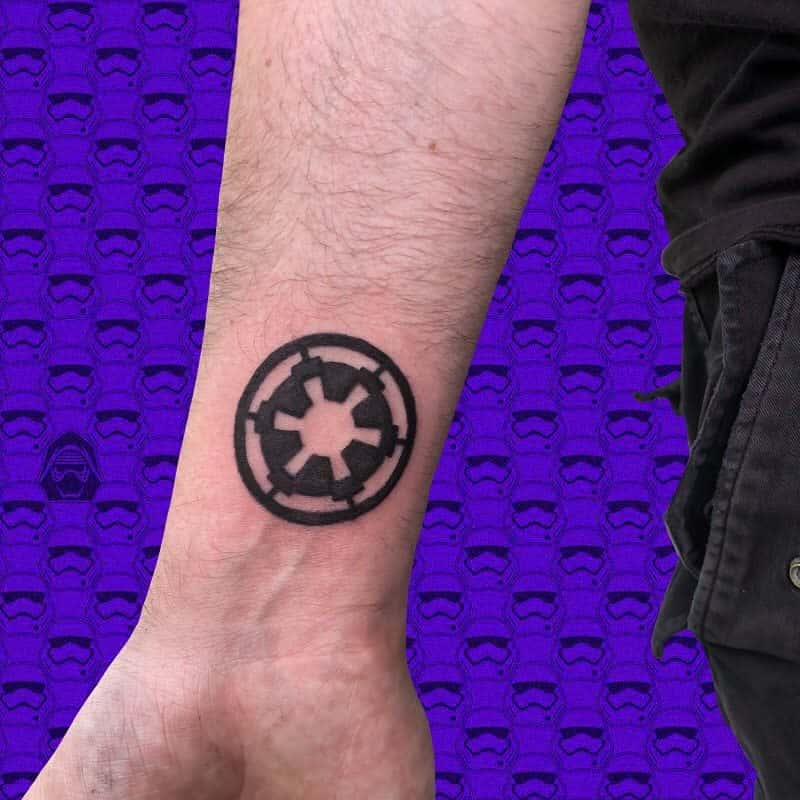 Tatouages de petits poignets pour hommes Horriblepapillon Tatoue