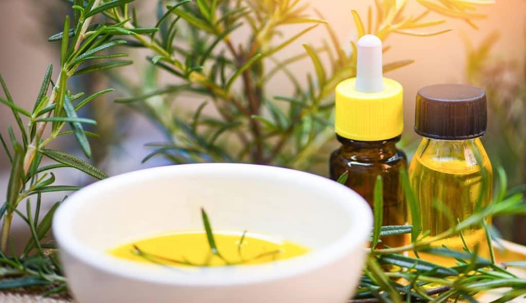l'huile de romarin pour la croissance de la barbe
